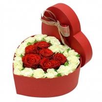 Композиция из красных роз и белых роз в коробке сердцем.