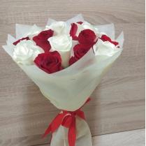 Микс из красных и белых роз (15 шт.)