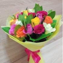 Букет из разноцветных роз с зеленью (21 шт.)