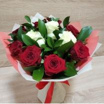 Букет из красной и белой розы с зеленью (11 шт.)
