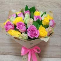 Букет из разноцветных роз с зеленью (25 шт.)
