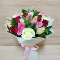 Букет из разноцветных роз с зеленью (23 шт.)