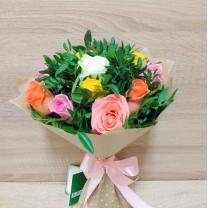 Букет из разноцветных роз с зеленью (11 шт.)