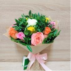 Букет из разноцветных роз с зеленью (11 шт.) | Купить Букет из разноцветных роз с зеленью (11 шт.)