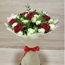 Букет из красной розы и белой кустовой розы с зеленью