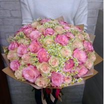 Букет из 51 розы с камиллой