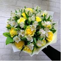 Букет из жёлтых роз и белой альстромерии