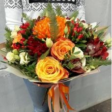 Букет в оранжевых тонах с шоколадной орхидеей