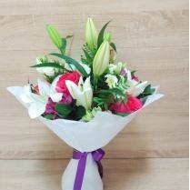 Букет из белой лилии и розовой розы, эустомы и альстромерии