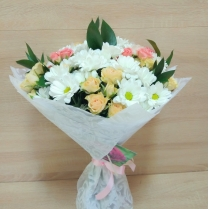 Букет из белой кустовой хризантемы и нежной кустовой розы