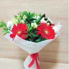 Букет из красной герберы, белой кустовой хризантемы и эустомы