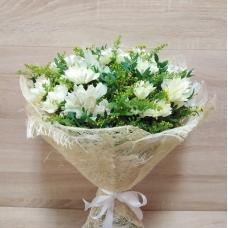 Белоснежный букет из кустовой хризантемы и альстромерии