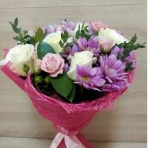 Нежный букет из роз и кустовой хризантемы