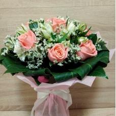 Букет из розовой розы и альстромерии в обрамлении аралии
