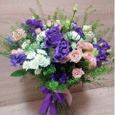 Букет из фиолетовой эустомы, нежной кустовой розы и сантини