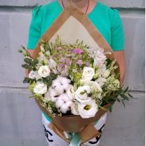 Букет из меланжевой гортензии с белыми цветами