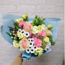 Сборный букет из цветов в розово-кремовых тонах