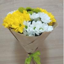 Букет из разноцветной кустовой хризантемы