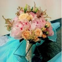 Букет невесты из пионов и кустовых роз