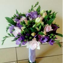 Букет невесты из фрезии в лиловых тонах