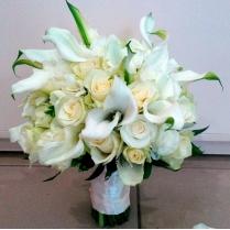 Букет невесты из белых калл, роз и фрезии