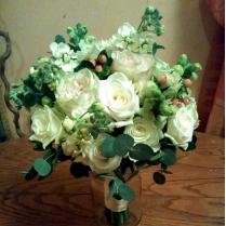Букет невесты из белых роз и матиолы с розовыми ягодами