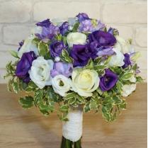 Букет невесты в бело-фиолетовых тонах с жемчугом
