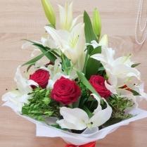 Букет из белой лилии и красной розы