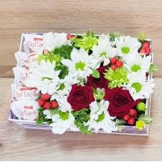 Коробочка с цветами и рафаэлло | Купить Коробочка с цветами и рафаэлло