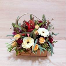 Деревянный ящик с кустовыми розами и гермини