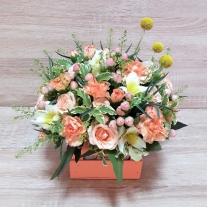 Композиция из кустовых роз, гвоздики и альстромерии