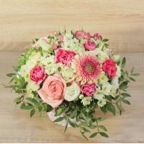 Композиция из цветов в бело-розовых тонах