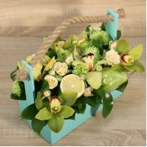 Композиция из цветов и фруктов в зеленых тонах