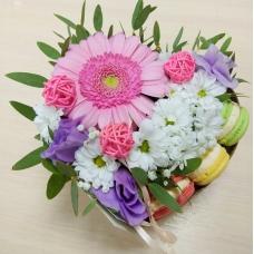 Коробка-сердце с цветами и макарунами