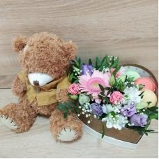 Коробка-сердце с цветами и макарунам и плюшевым мишкой