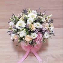 Цветы в шляпной коробке с лавандой