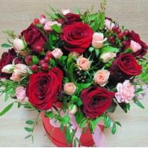 Композиция в шляпной коробке из роз