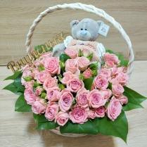 Корзинка из нежной кустовой розы с мишкой и топпером
