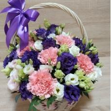 Корзинка с фиолетовой и белой эустомой и нежной гвоздикой