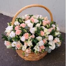 Корзинка из нежной кустовой розы и белой эустомы